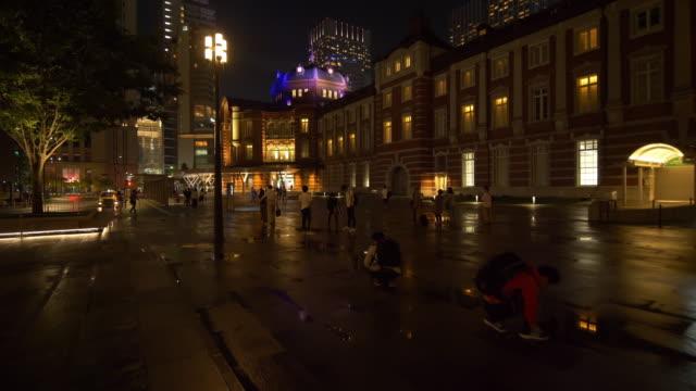 vídeos de stock, filmes e b-roll de town square in front of the tokyo station marunouchi exit at night - ponto de vista de câmera