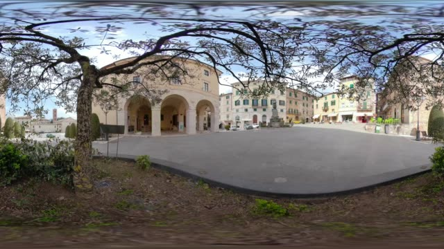 360 vr / town square of italian village sarteano - 360 video stock videos & royalty-free footage