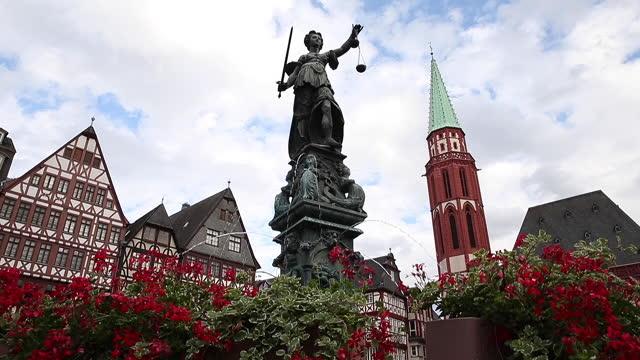 stockvideo's en b-roll-footage met het vierkant romerberg van de stad in frankfurt duitsland. - hd format