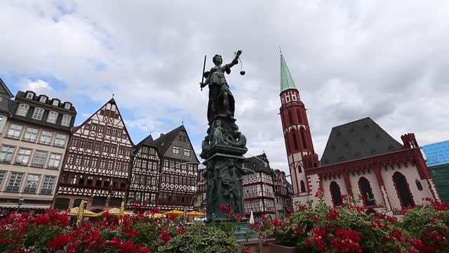 stadtplatz romerberg in frankfurt deutschland. - rathaus stock-videos und b-roll-filmmaterial