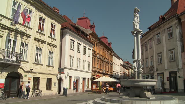 vidéos et rushes de ms town square (mestni trg) with fountain and building of faculty of music, ljubljana, slovenia - ljubljana
