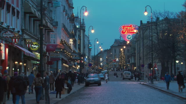 ws town street traffic during christmas / oslo, norway - street light stock videos & royalty-free footage