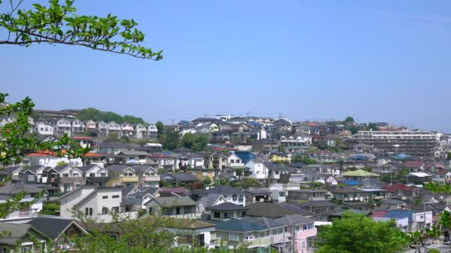 vídeos de stock, filmes e b-roll de vista dos telhados da cidade de 4 k - distrito residencial