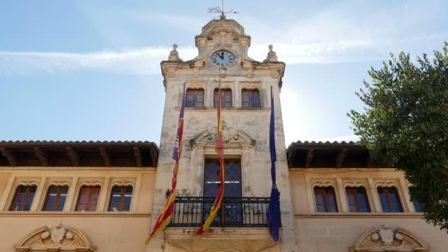 vídeos de stock e filmes b-roll de townhall in the old town of alcudia, majorca, balearic islands, spain - político