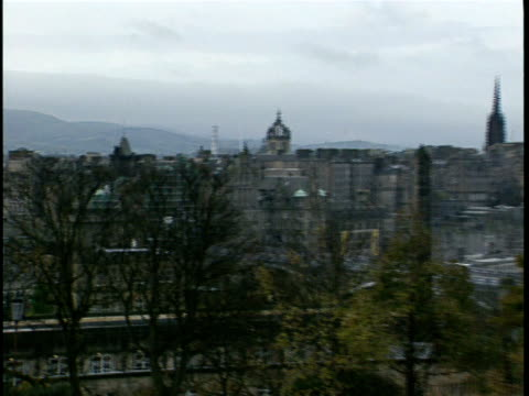 vídeos de stock e filmes b-roll de ws, pan, townscape, edinburgh, scotland - estilo do século 16