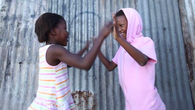 vídeos y material grabado en eventos de stock de township niñas jugando - tilt shift
