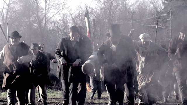 vidéos et rushes de townspeople charge across a smoky battlefield during a reenactment of the storming of the bastille. - révolution française