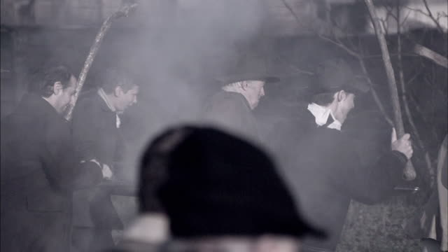 vidéos et rushes de townspeople guide a cannon through smoke during a reenactment of the storming of the bastille. - révolution française