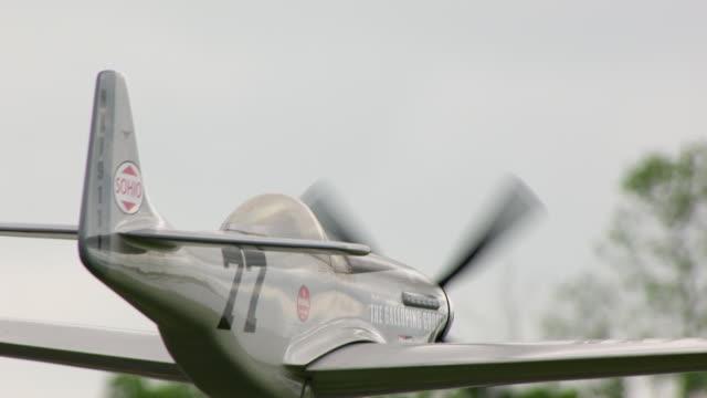 vídeos y material grabado en eventos de stock de ms toy aeroplane while landing at airport / porter county, indiana, united states - avión modelo