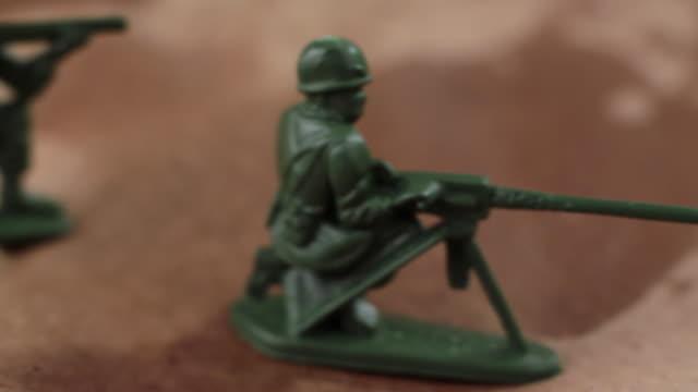 slo mo cu pan toy army men - gruppo medio di oggetti video stock e b–roll