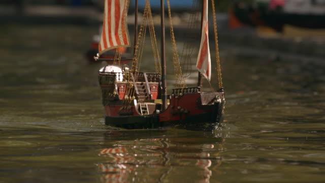 toy boats in mexico city park - おもちゃ点の映像素材/bロール