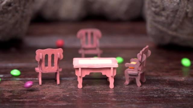 グッズの家具、お菓子の雨 - ジェリービーンズ点の映像素材/bロール