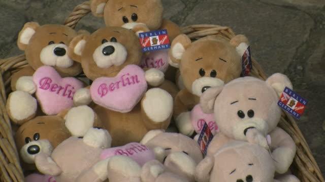 cu toy of berlin bears in stores at nikolai quarter / berlin, germany - 数個の物点の映像素材/bロール