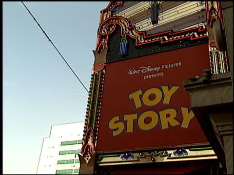 toy story premiere at the 'toy story' premiere at the el capitan theatre in hollywood, california on november 19, 1995. - エルキャピタン劇場点の映像素材/bロール