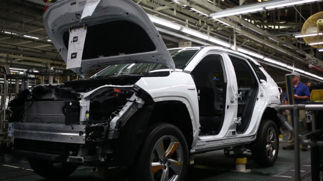stockvideo's en b-roll-footage met toyota camry sedans moving down assembly line at toyota motor manufacturing kentucky in georgetown kentucky us on thursday august 1 2019 - toyota motor