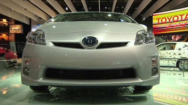 stockvideo's en b-roll-footage met cu toyota prius electric car on display at detroit auto show, detroit, michigan, usa - toyota motor