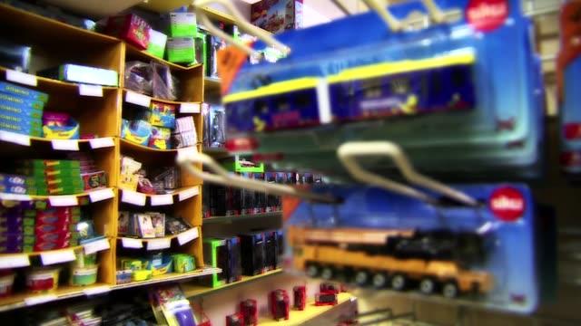 toys on store shelves - negozio di giocattoli video stock e b–roll