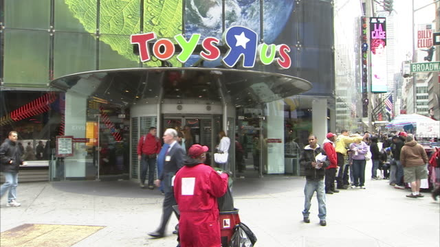 Toys R Us exteriors in Times Square