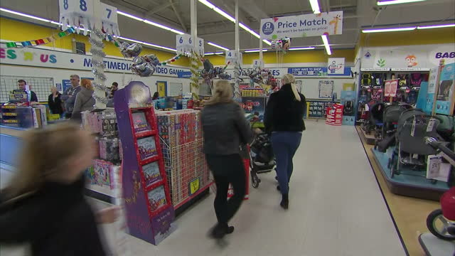 toys r us has been the country's biggest toy shop for years -- and today, bosses tried to find a last minute solution to keep the business alive. the... - negozio di giocattoli video stock e b–roll