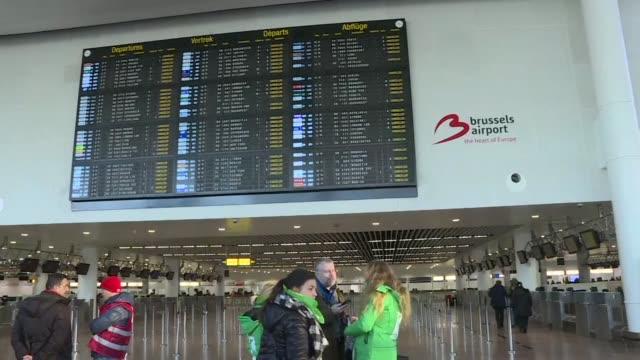 trabajadores de administraciones publicas servicios transportes escuelas y hospitales se pusieron el miercoles en huelga en belgica convocados por... - sindicatos stock videos & royalty-free footage