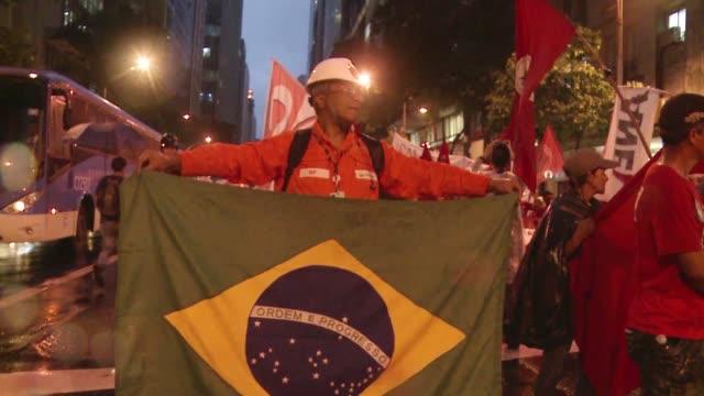 vídeos de stock e filmes b-roll de trabajadores de la estatal brasilena petrobras estan en huelga indefinida para exigir la suspension inmediata de la subasta de un gigantesco... - exigir