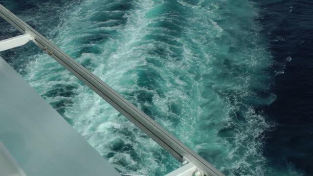 vídeos de stock, filmes e b-roll de vestígios de um navio de cruzeiro de cocô de despertar, fundo - enviesado