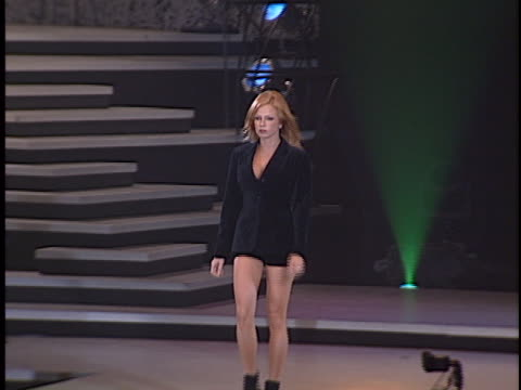 vidéos et rushes de traci lords at the passport 96 fashion show at santa monica airport - traci lords