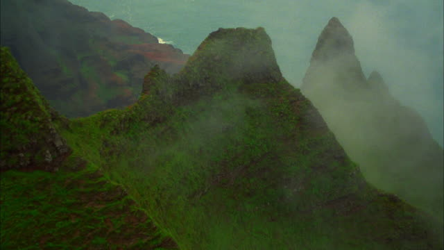 track across rocky pinnacles through to ocean, kauai available in hd. - insel kauai stock-videos und b-roll-filmmaterial