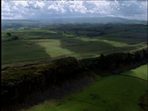 track along hadrian's wall on ridge northumberland uk - lunghezza video stock e b–roll