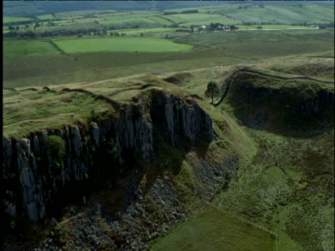 track along hadrian's wall to roman fort northumberland uk - lunghezza video stock e b–roll