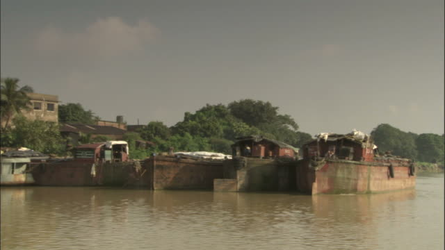 track along hooghly river past boats, kolkata available in hd. - hooghly river stock videos & royalty-free footage