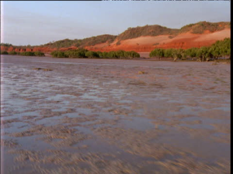 track along muddy coast and red cliffs, broome, western australia - ebbe stock-videos und b-roll-filmmaterial