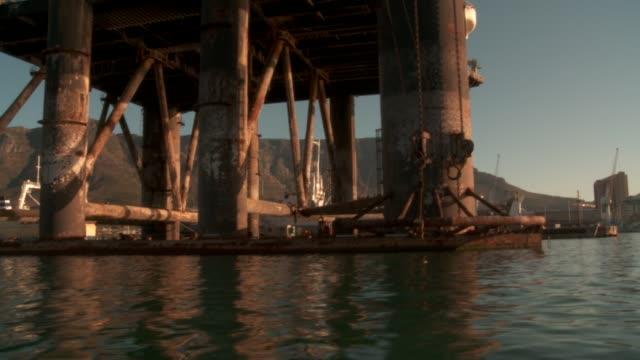 vídeos y material grabado en eventos de stock de track along water past pier, cape town available in hd. - pasear en coche sin destino