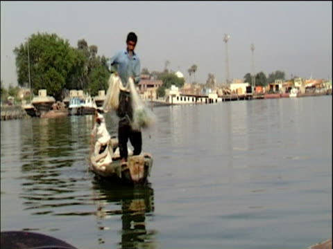 vídeos de stock e filmes b-roll de track along waterways of basra from boat iraq - bassorá