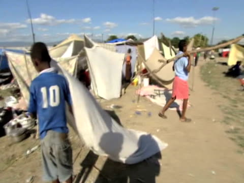 track around encampment \n\nfollowing devastating earthquake haiti; 15 january 2010 - erezione video stock e b–roll