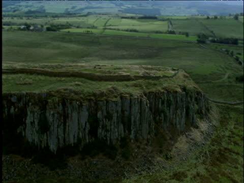 track around hadrian's wall on ridge northumberland uk - lunghezza video stock e b–roll