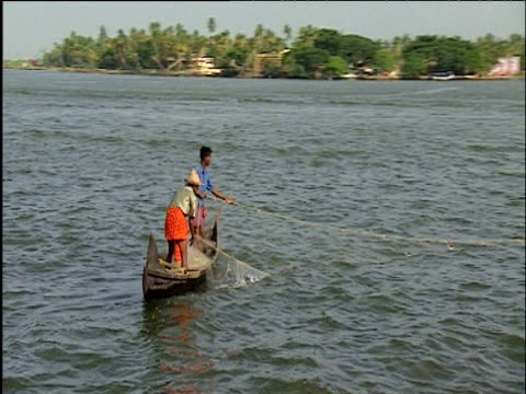 vídeos de stock e filmes b-roll de track around indian fishermen reeling in net cochin kerala - rede de pesca comercial