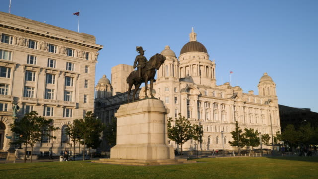 track around king edward vii statue to port of liverpool building - male likeness stock videos & royalty-free footage