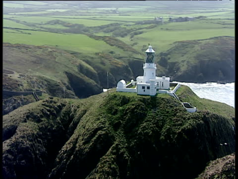 vídeos de stock e filmes b-roll de track around strumble head lighthouse pembrokeshire - pembrokeshire