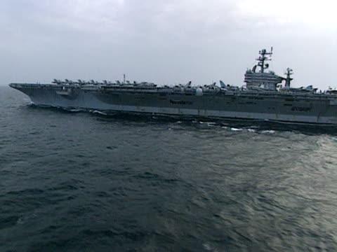 track around uss george washington at sea 1999 - 米国海軍点の映像素材/bロール