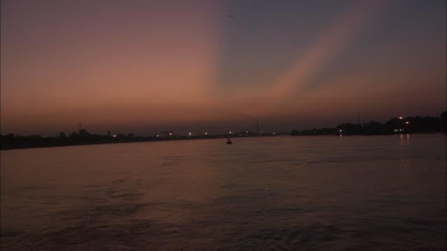 vídeos y material grabado en eventos de stock de track backwards along river at dusk available in hd. - ir marcha atrás