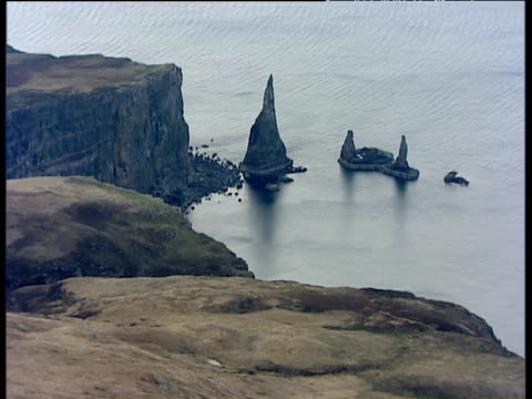 vídeos de stock e filmes b-roll de track backwards from idrigall point and macleod's maidens (rock stacks) isle of skye - hébridas