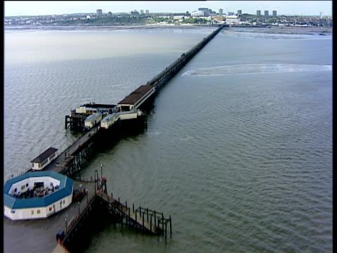 track forward along longest pleasure pier in the world southend-on-sea - lunghezza video stock e b–roll