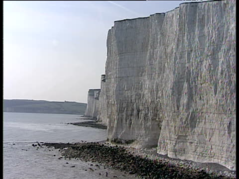 track forward along seven sisters chalk cliffs sussex - kreidefelsen stock-videos und b-roll-filmmaterial