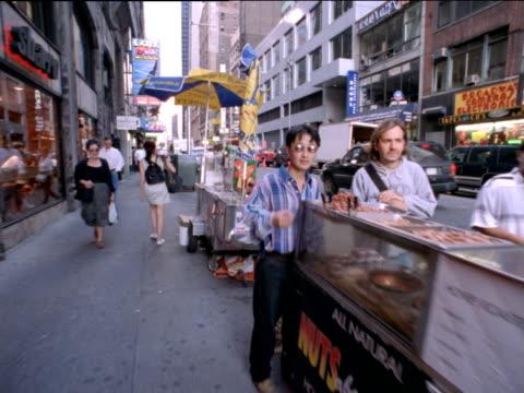 vidéos et rushes de track forward along street lined with refreshment carts, new york city - en cas