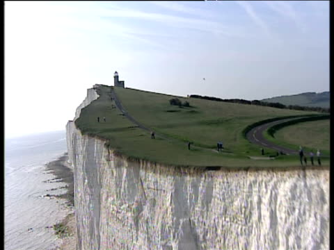 track forward and up over seven sisters chalk cliffs to belle tout lighthouse sussex - kreidefelsen stock-videos und b-roll-filmmaterial
