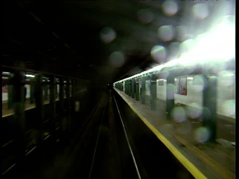 track forward from train as it arrives at metro platform new york - bbc news bildbanksvideor och videomaterial från bakom kulisserna