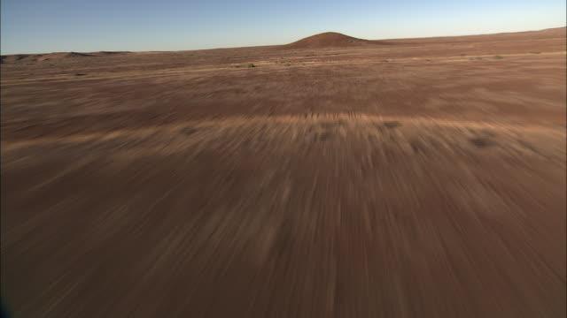 vídeos y material grabado en eventos de stock de track forward over dry riverbeds cut through the kalahari desert in botswana. available in hd. - desierto del kalahari