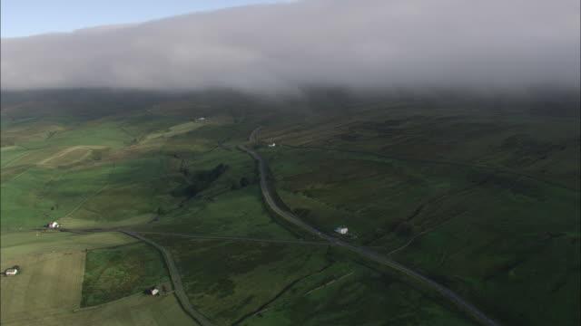 vídeos y material grabado en eventos de stock de track forward over misty hills. available in hd. - northumberland