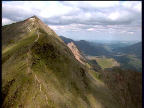 stockvideo's en b-roll-footage met track forward over pathway to peak of mount snowdon snowdonia national park - ruimte exploratie